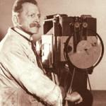 Макс Складановский демонстрирует работу биоскопа