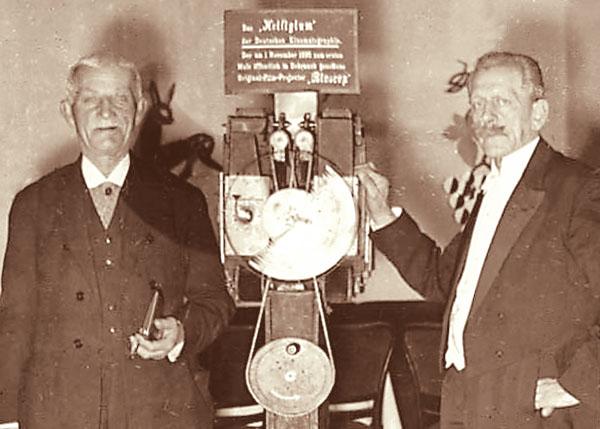 Братья Складановские на фоне своего изобретения